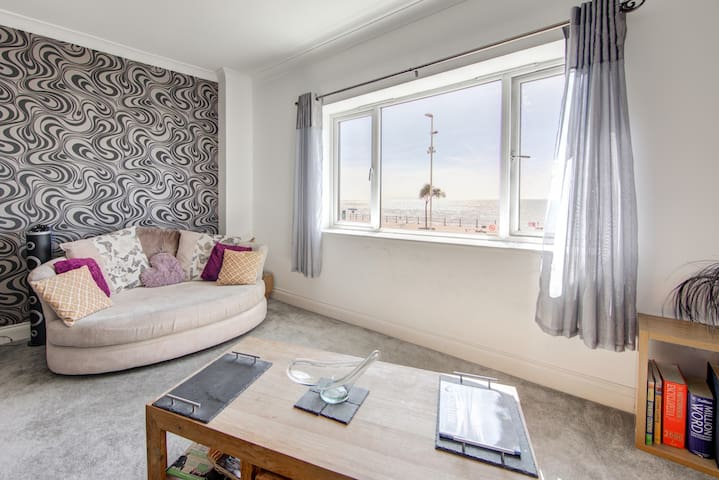 Seafront Apt with amazing views, central location