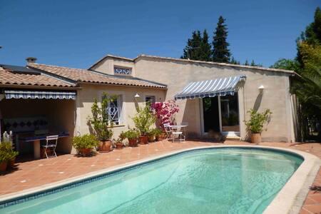 Belle villa moderne avec jardin et piscine. - Nîmes
