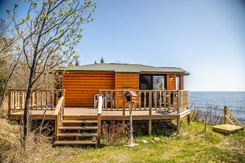 Creek Side Cabin is an adorable cabin right on Lake Superior just a short drive to the Temperance River, the Sawbill Trail, Carlton Peak and more