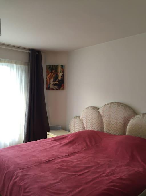 Chambre à coucher qui dispose également d'une terrasse et salle de bain. A l'étage