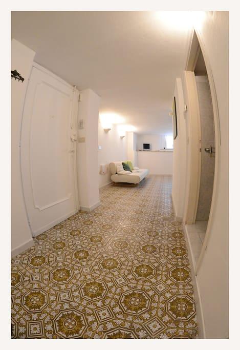 ingresso e corridoio centrale dell'appartamento