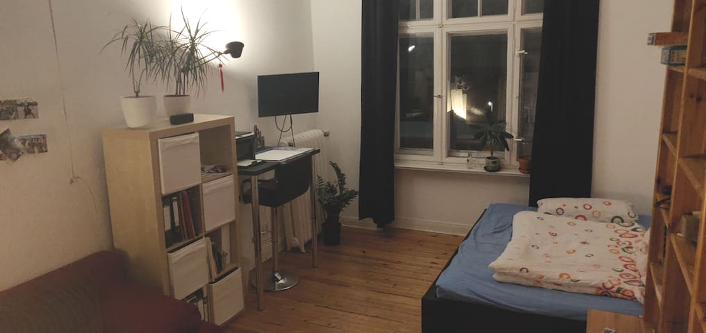 Spacious room in Neukölln needs open-minded guest