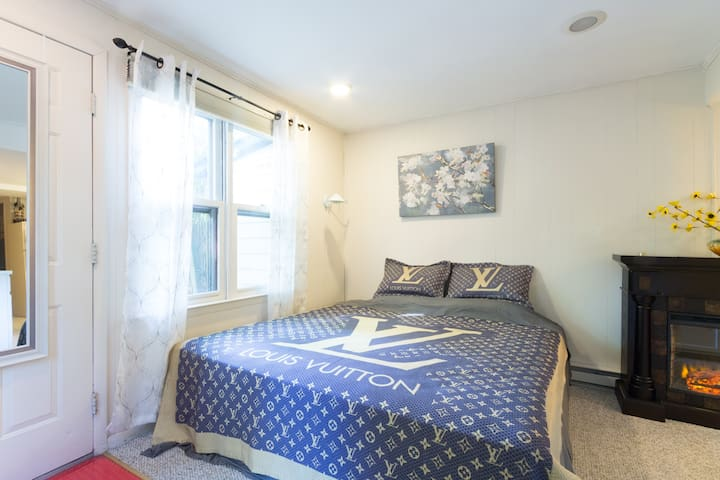 Cozy Suite walkable to metro station
