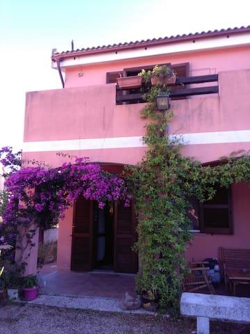 Casa intera con giardino a pochi km da Olbia