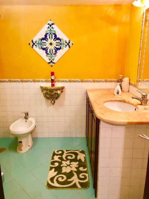 Il bagno con rivestimento Vietrese