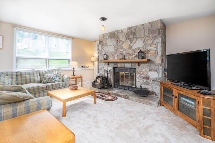 Slopeside Mountain Retreat! Ski Off w/Fireplace