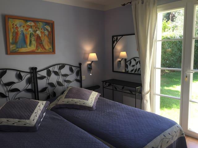 chambre 1 avec 2 lits simples 90X200 accollables en lit king size, accès au jardin