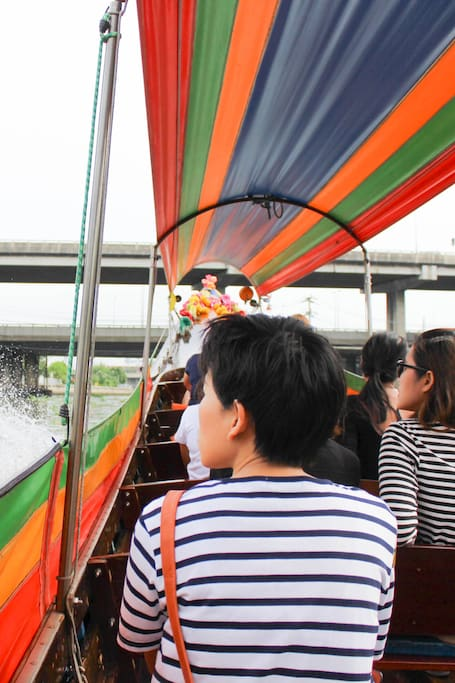 A long-tail boat to visit the canal