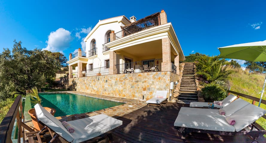 Contemporary 3 bed villa with pool