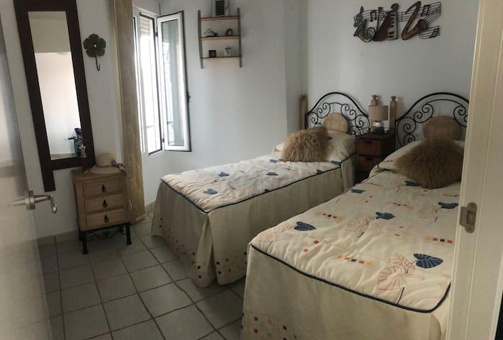 Slaapkamer 1, met eigen badkamer met douche.