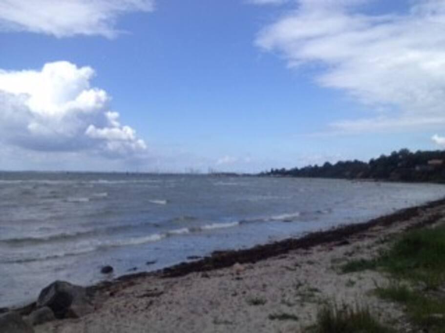 Vores børnevenlige strand, hvor der er badning, fiskeri, kajaksejlads