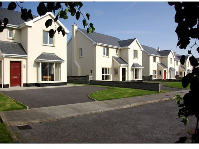 Doonbeg Holiday Homes 3 Bedroom Sleep 5 - Doonbeg - Huis