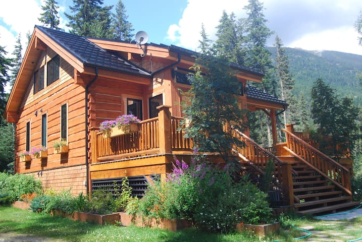 Resplendent Mountain Lodge adjacent to Jasper