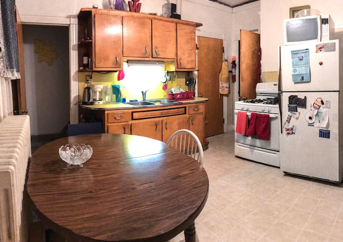 Spacious room close to NYC/Rutgers University - New Brunswick - House