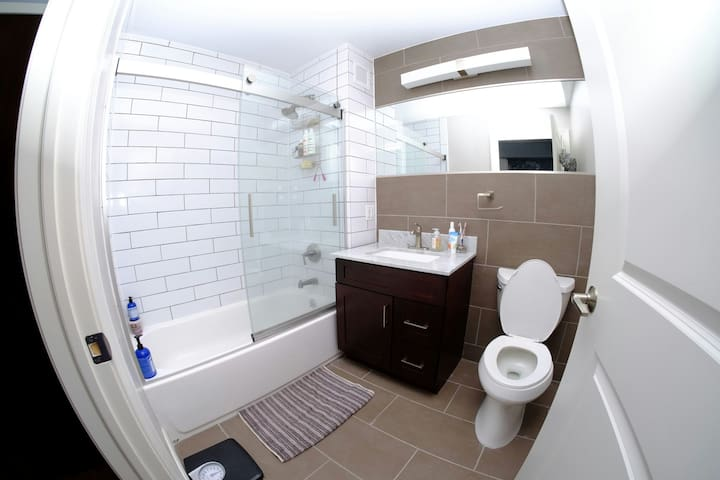 Clean & Amazing Semi Private NYC Room by #1 Train - Bronx - Apartamento