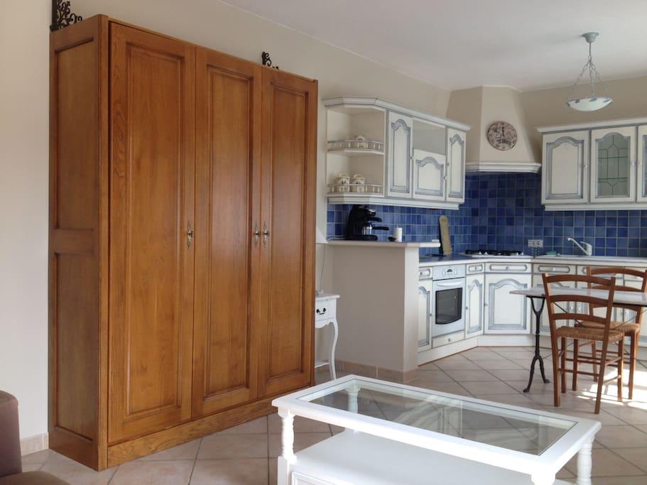 Studio avec cuisine équipée, lit double de bonne qualité