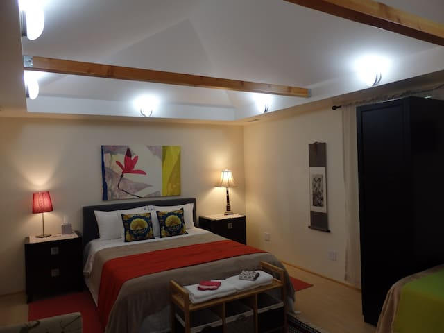 Largeroom w/queen bed-close to transportation