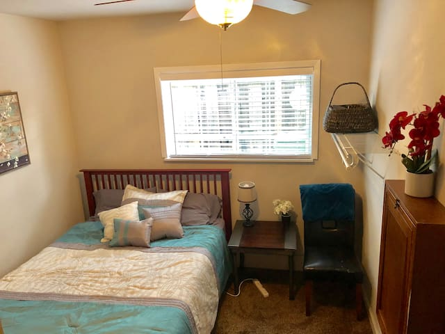 2 Rooms - Warm & Welcoming *Hilltop *Attach BathRm