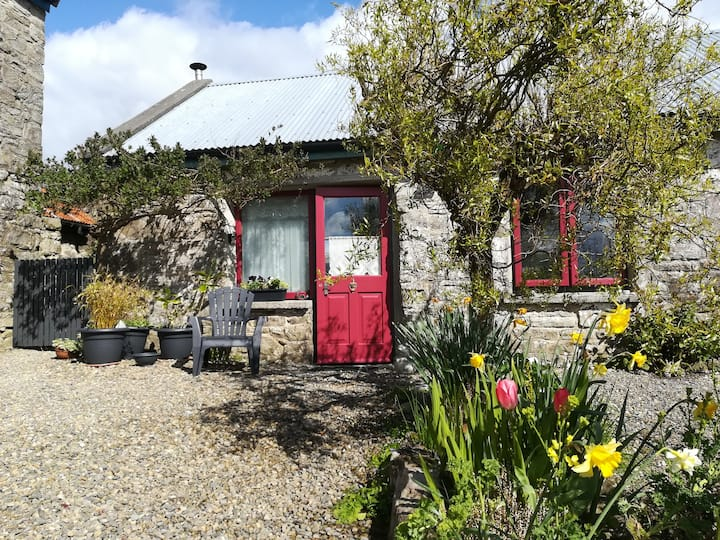 A romantic cosy cottage on hillside walking trail
