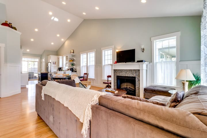 Modern, lovely dog-friendly home with private hot tub near the bay