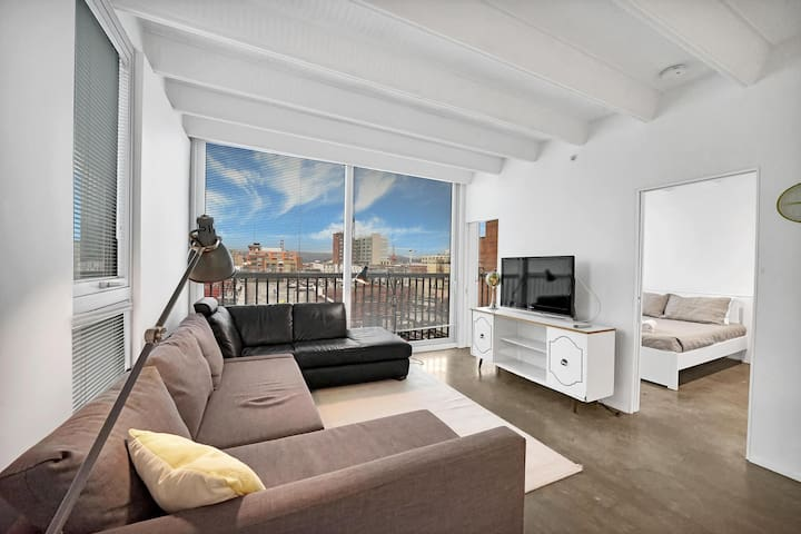 Chic, Industrial-style 1Bed Suite in Chinatown!