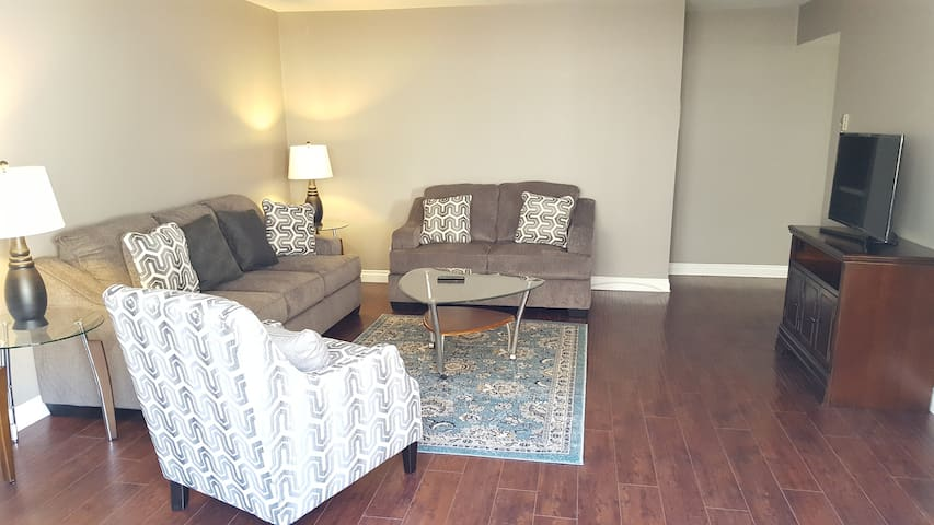 Amazing 1 bedroom on Melrose and sweetzer !