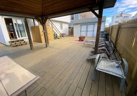 1st floor of duplex - only 1 block from the beach