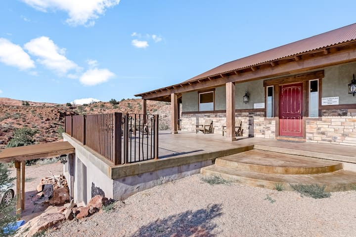 Rustic-modern home w/ gorgeous night sky views, perfect for large groups!