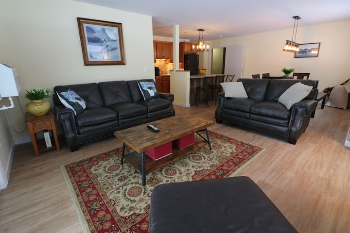 The Mountains are calling! Renovated Lrg 2 Bedroom