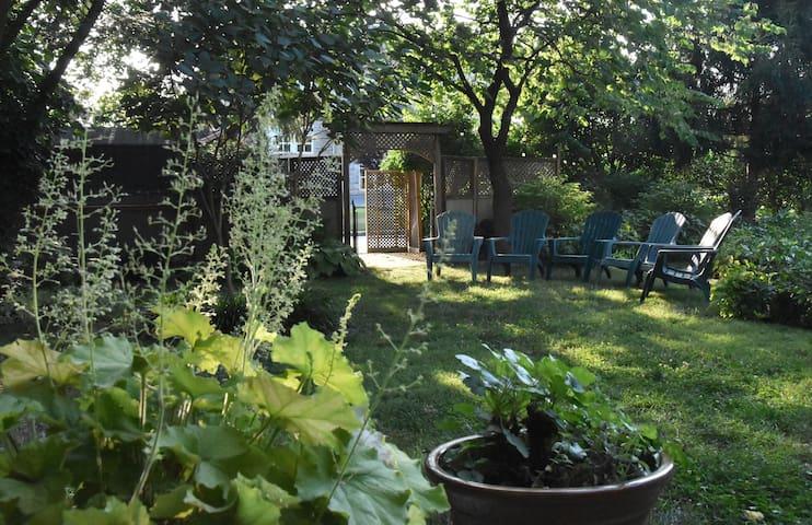 Friendly City Garden Sanctuary Two-Bedroom Suite