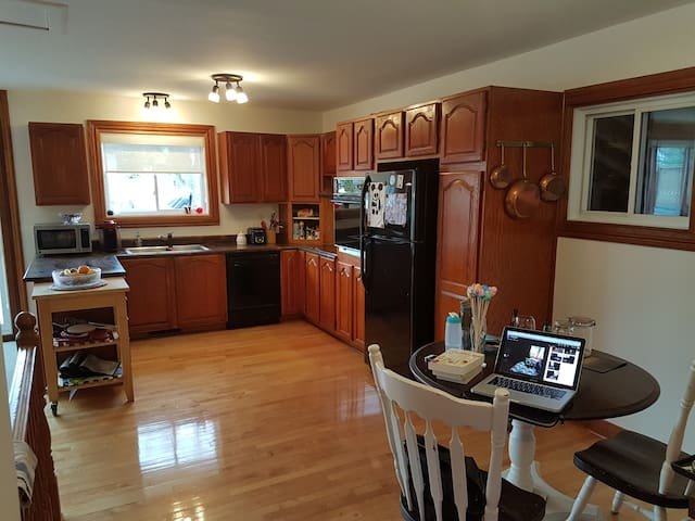 Beautiful functional home great for families - Dorval - Casa