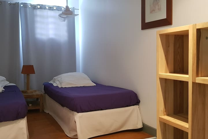 Chambre avec deux lits simples.