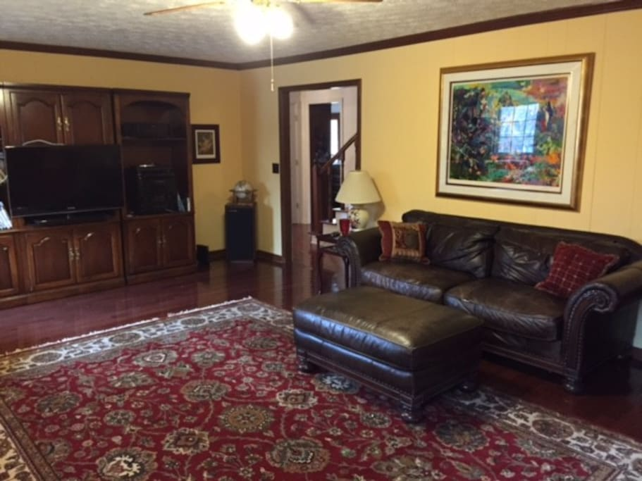 "Large den with large flat screen tv big stereo system, WiFi. This room is ""wired"""
