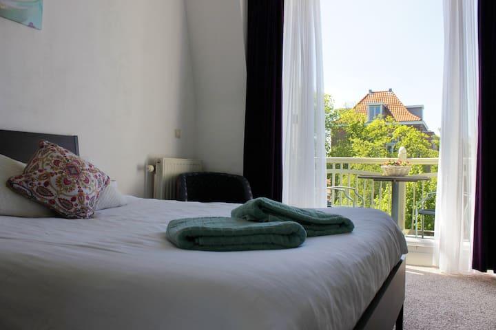 Large room with balcony near WorldForum,ICTY&beach