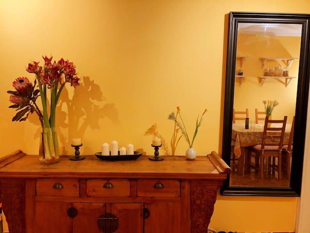 三里屯&朝阳公园之间新装修带花园的超暖温馨公寓的主卧室