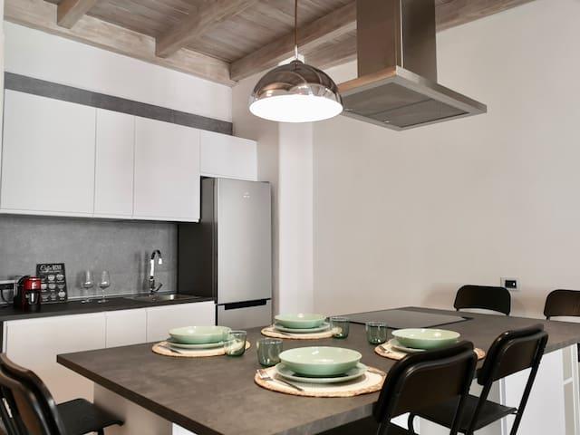 L'isola della cucina e la parete attrezzata. ----- Kitchen island and the equipped wall.