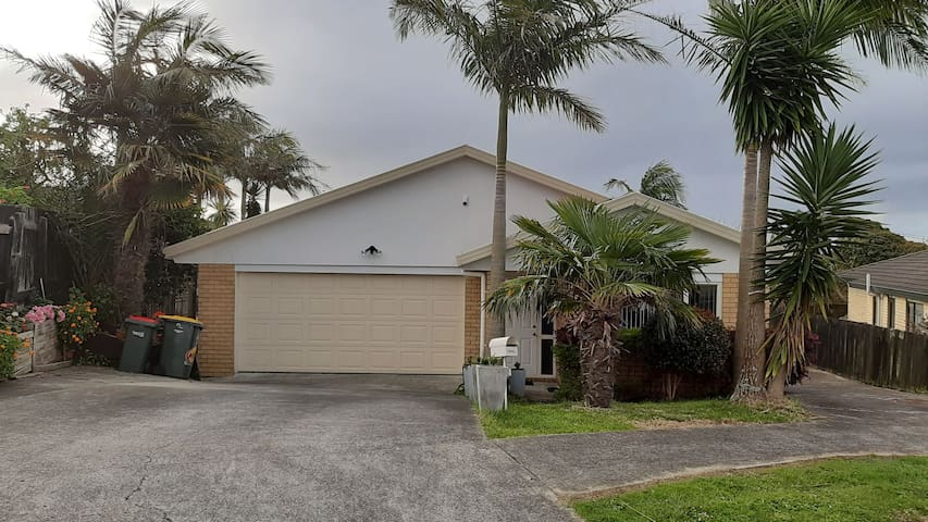 Clean and tidy house, very close to the airport