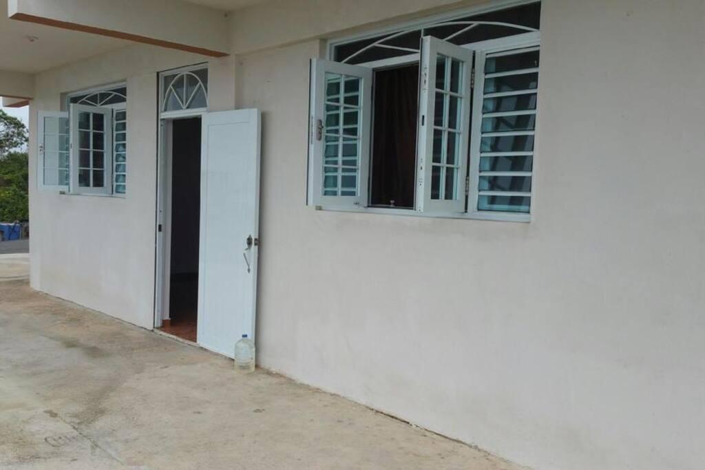 Entrada lateral y ventana de los cuartos.