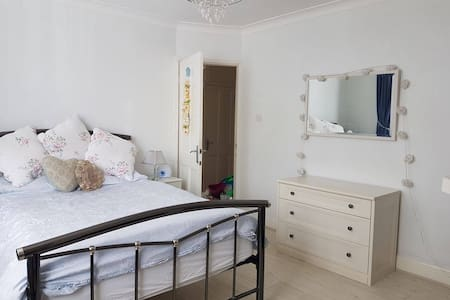 Beautiful light and airy spacious double bedroom - Hayes - Haus