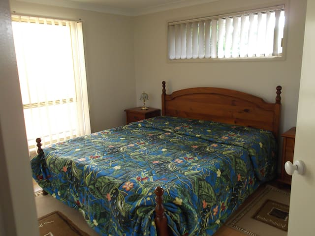 Master Bedroom/Bath/Quiet (Last minute booking ok) - Pelican Waters - Huis