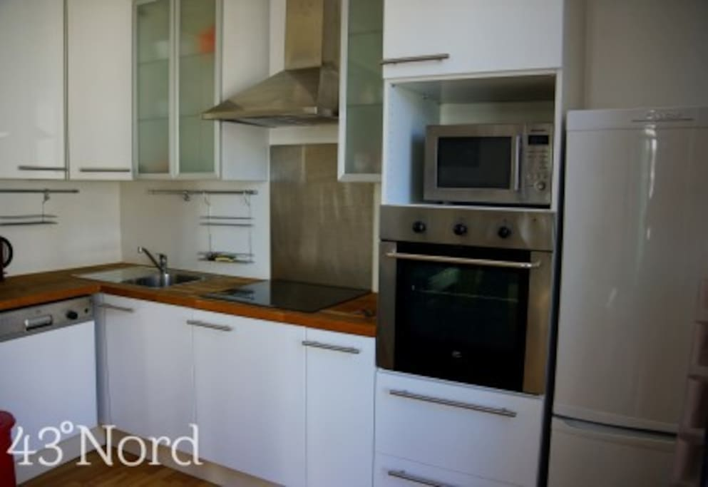 A stunning american style kitchen with oven, hob and microwave