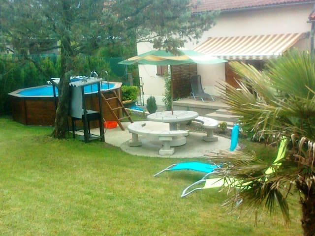 MAISON  GITE AVEC PISCINE - Saint-Santin-de-Maurs - House