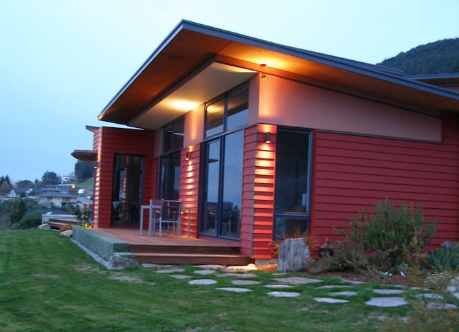 Pohutukawa House to relax and inspire Bdrm 1
