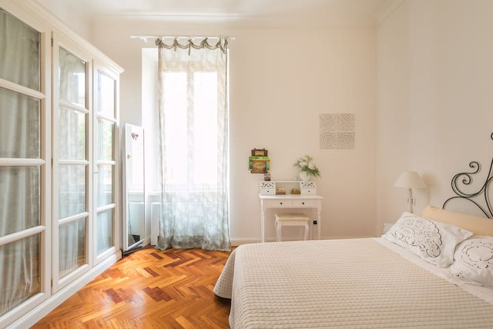 Cozy Comfortable Apartment Close to Colosseum and Fori