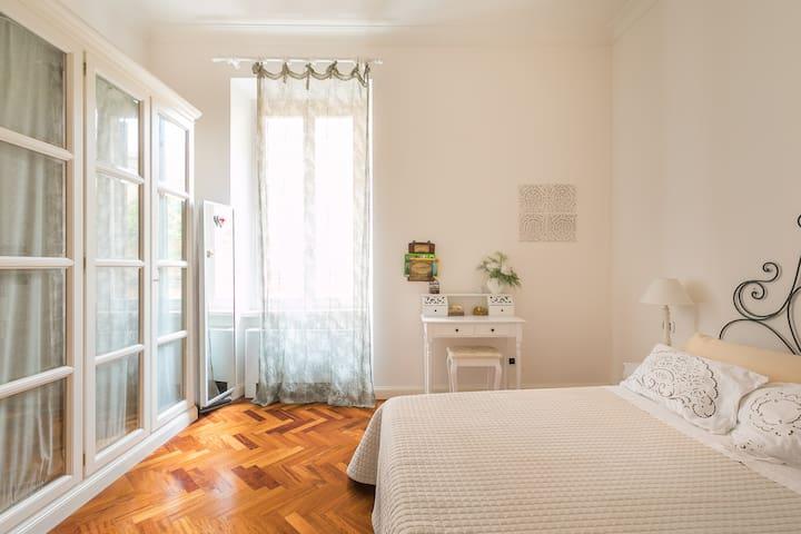 Cozy Comfortable Apartment Close to Colosseum and Fori