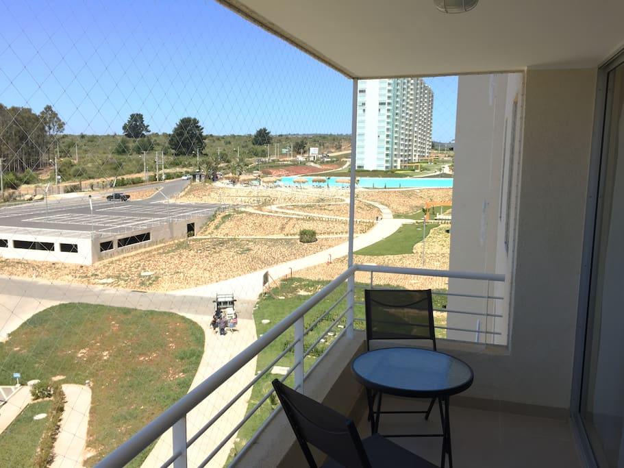 Foto real de la vista del balcón hacia la laguna