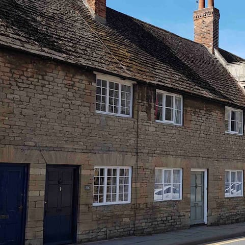 2 Bed Cottage, Oundle town centre with garden