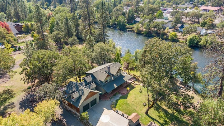 Heavenly Rogue River Retreat