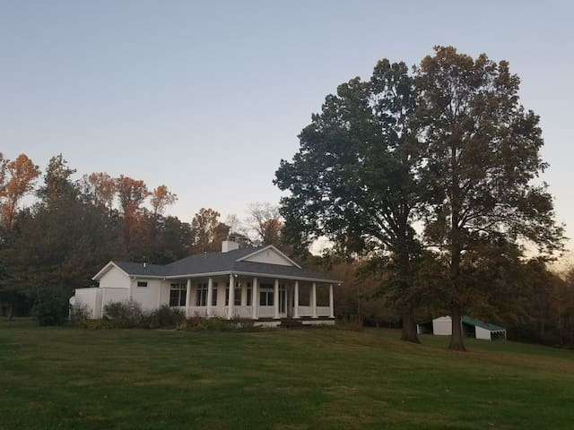 Forest & Farm Easy Getaway - Stinesville - Casa