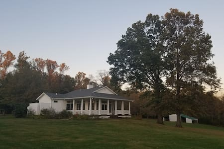 Forest & Farm Easy Getaway - Stinesville - Maison